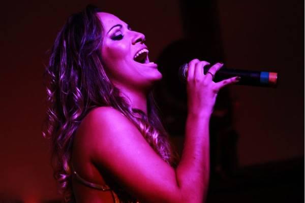 Ju Rodrigues é a atração da noite no Outro Calaf (Gabriela Cerqueira e Hugo Casarisi/Divulgação)