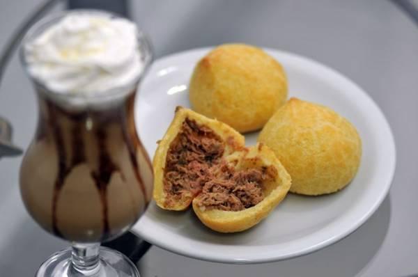 Bebida à base de café e pão de queijo recheado do Café Capital (Breno Fortes/CB/D.A Press)