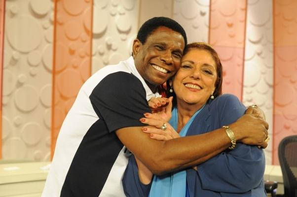 A jornalista Leda Nagle recebe o sambista Neguinho da Beija-Flor (TV Brasil/Divulgação)