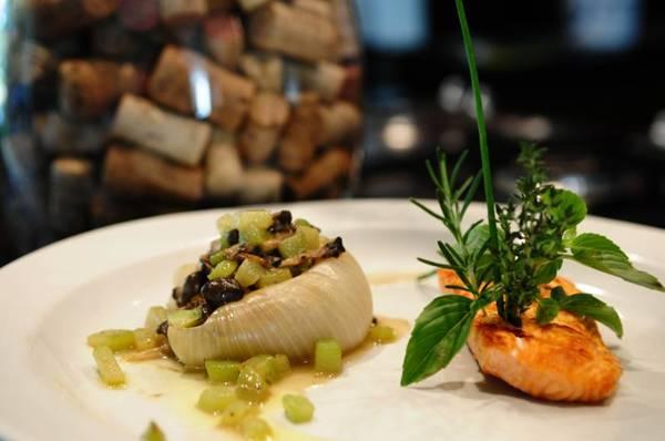 Cebola sem miolo recheada com um refogado de chuchu e shimeji no tomilho e alho acompanha 100g de salmão grelhado (Bruno Peres/CB/D.A Press)