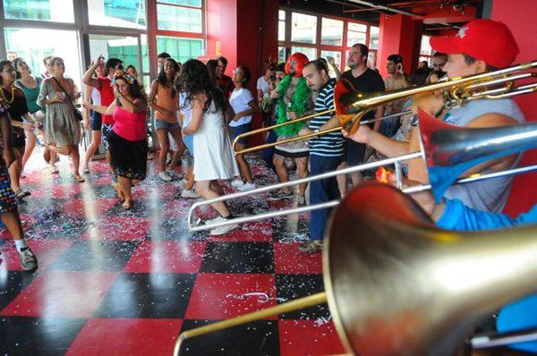 Aquecimento para o Carnaval. Populares durante concentração do Bloco Virgens da Asa Norte, no La Ursa no Setor Bancário Norte, em 2013 ( Janine Moraes/CB/D.A Press)