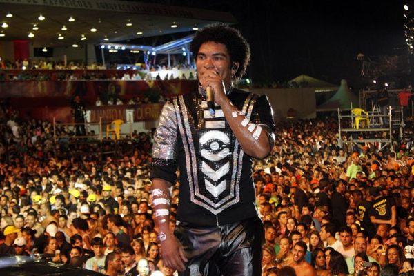 Deny, vocalista da banda Timbalada durante apresentação do grupo Timbalada (Agência Edgar de Souza/Divulgação)