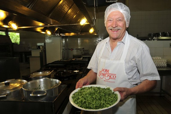 Segundo o chef Francisco Ansiliero, primeiro é preciso fazer o arroz. Depois, acrescenta-se o brócolis cozido (Ed Alves/CB/D.A Press)