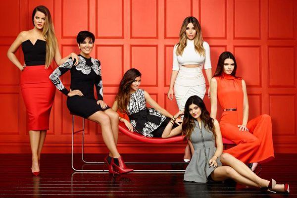 Atual edição da atração promete fortes emoções entre as Kardashians  ( E! Entertainement/Divulgação)