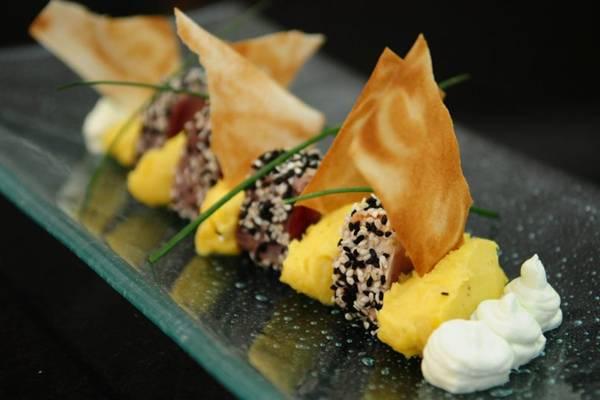 Mousseline de banana com atum e gergelim: prato pensado para estimular os sentidos, cores, sabores e texturas somam-se a um visual convidativo ( Bruno Peres/CB/D.A Press)