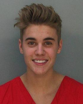 Bieber sorri para foto em delegacia (Reprodução/Twitter/@MiamiBeachPD)