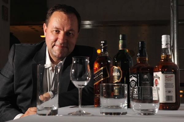 Cesar Adames apresenta o copo apropriado para cada tipo de uísque  ( Edilson Rodrigues/CB/D.A Press)