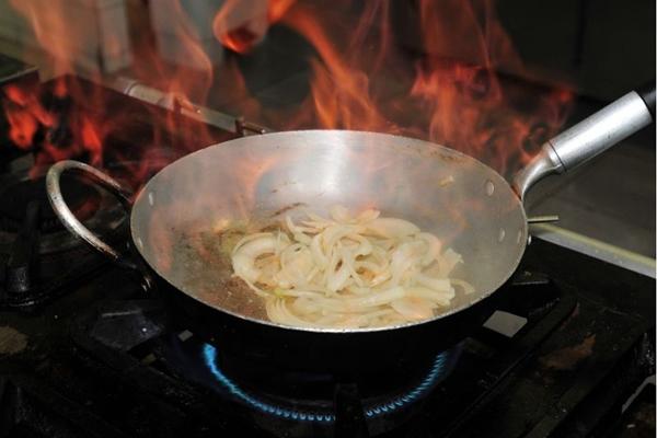 Cebola flambada e caramelizada compõem o sanduíche indicado para um fim de tarde  ( Ed Alves/CB/D.A Press)