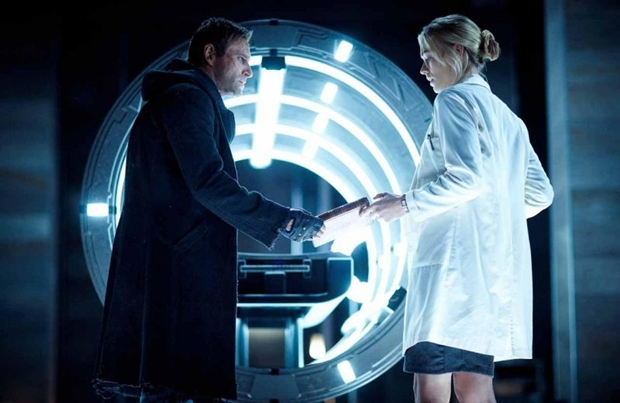 Frankenstein (Aaron Eckhart) e Terra (Yvonne Strahovski): improvável e estranho casal (Lionsgate/Divulgação)
