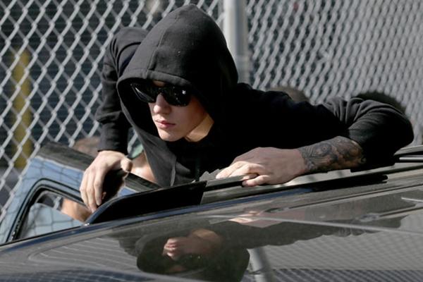 Bieber subiu no carro e acenou para fãs ao sair do centro de detenção em Miami Beach (JOE RAEDLE/APF )