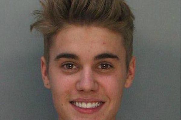 Bieber sorri na foto ao ser fichado na delegacia de Miami (Handout/Divulgação)