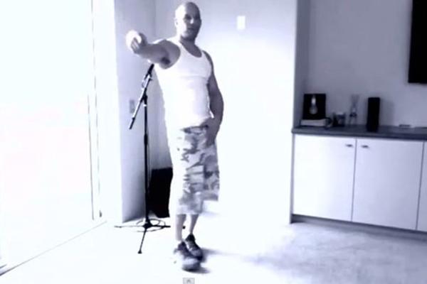 Vin Diesel se empolga, canta e dança Beyoncé e Katy Perry (YouTube/Reprodução)