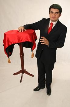 O mágico Steiner comando a semana de mágicas no Deck Norte  ( Val Detaro/Divulgação)