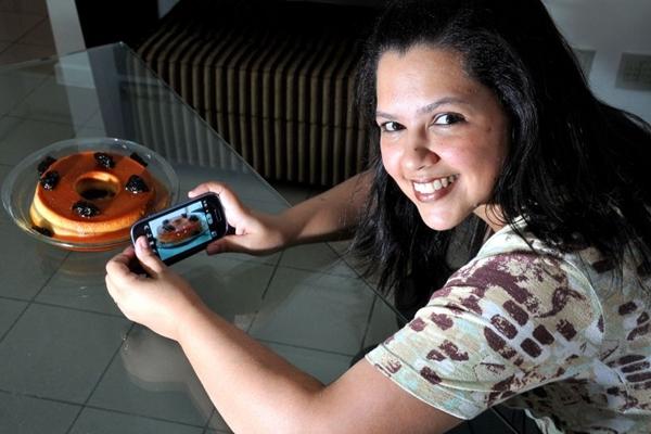 Hilda Rocha tira fotos dos pratos feitos por ela para postar nas redes sociais (Marcelo Ferreira/CB/D.A Press)