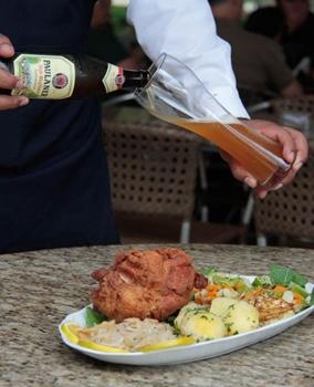 O eisnbein é levado à mesa com chucrute, batata, abacaxi grelhado e legumes (Ana Rayssa/Esp. CB/D.A Press)