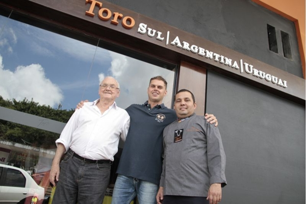 Ivo Gregol acompanha o trabalho do filho Fábio e do chef Alexandro Panta no novo restaurante da 104 Sul (Ana Rayssa/Esp. CB/D.A Press)