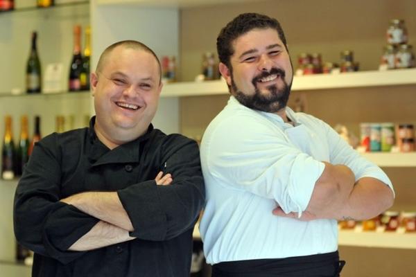 Os chefs André Batista e Emerson Mantovani elaboram petiscos com DNA gringo (Breno Fortes/CB/D.A Press)