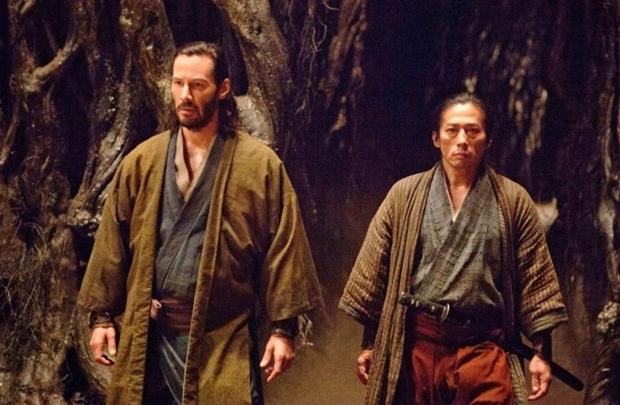 Keanu Reeves (esq.) protagoniza a quinta versão cinematográfica para lenda japonesa (Universal/Divulgação)