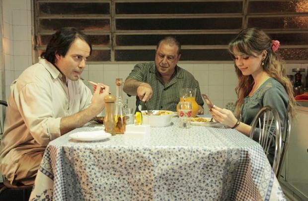 O trio de protagonistas de Quando eu era vivo: adaptação convincente (Flora Dias/Divulgação)