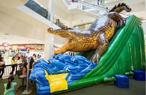 Crocodilo inflável de 8m de altura garante a alegria das crianças no Taguatinga Shopping (Telmo Ximenes/Divulgação)