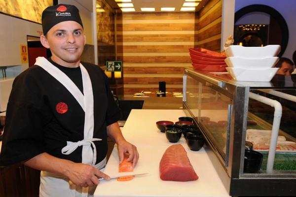 José Wilker prepara sushis e sashimis em cozinha à vista do cliente  (Carlos Moura/CB/D.A Press)