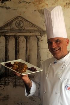 O chef da Trattoria Da Rosario mostra pappardelle com molho de linguiça de javali feita no próprio restaurante (Geyzon Lenin/Esp. CB/D.A Press)