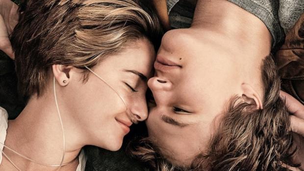 Filme conta a história do casal de adolescentes que se apaixonam enquanto se tratam de câncer (Divulgação)