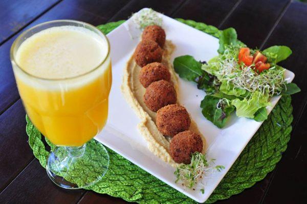 Falafel do Café Corbucci: em vez de farinha de rosca, o prato árabe leva farinha de grão-de-bico (Breno Fortes/CB/D.A Press)