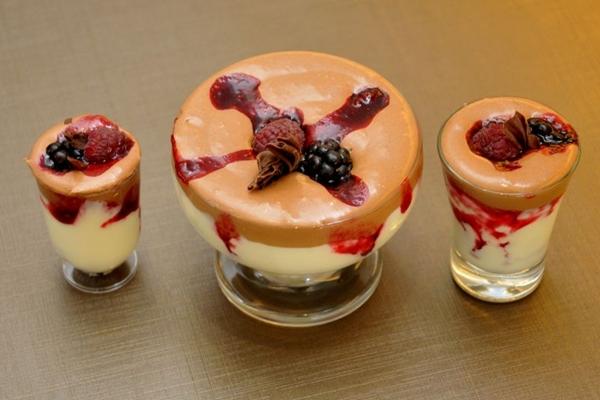 Musse trufada mistura dois tipos de chocolate e calda de frutas vermelhas ( Antonio Cunha/Esp. CB/D.A Press)