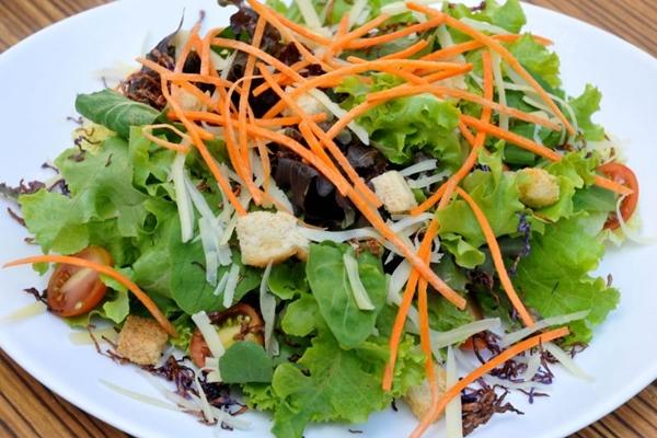 Salada Hilda Hilst, uma mistura de ingredientes e molho caseiro (Antonio Cunha/Esp. CB/D.A Press)