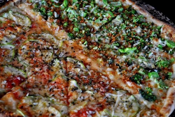 Pizzas com combinações improváveis: metade Hulk (brócolis e alho frito) e metade Maradona (abobrinha italiana e parmesão)  (Antonio Cunha/Esp. CB/D.A Press)