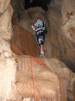 Caverna Escaroba encanta pela possibilidade de praticar esporte em meio a variadas formações espeleológicas (Katiely Paiva/Secretária de Turismo)