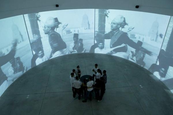 Instalação cujo círculo 'contamina tudo' com imagens surpreendentes (Everton Balardin/Divulgação)