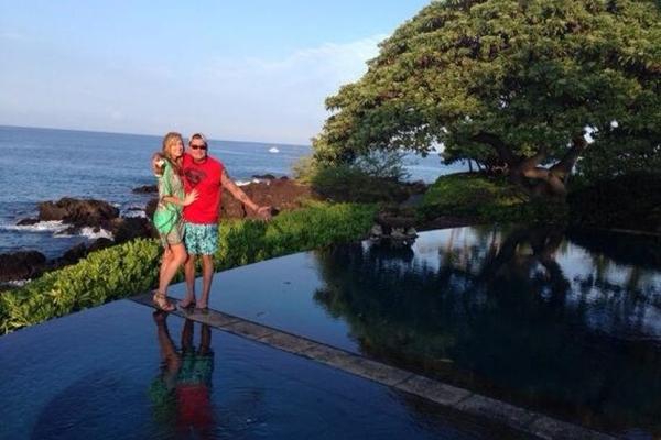 Charlie Sheen e sua futura esposa Brett Rossi (Twitter/Divulgação)