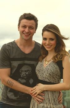 O casal anunciou a gravidez em dezembro (Reprodução/Facebook/Sandy Oficial)