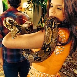 Bruna Marquezine na cena com a cobra (Reprodução/Instagram@brumarquezine)