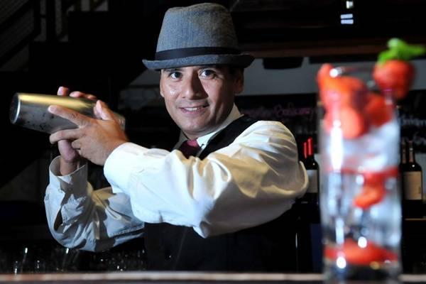 Javier Bazán, do Balcony 412, prepara o blueberry ice tea, que, entre os ingredientes, leva chá de frutas vermelhas  (Marcelo Ferreira/CB/D.A Press)