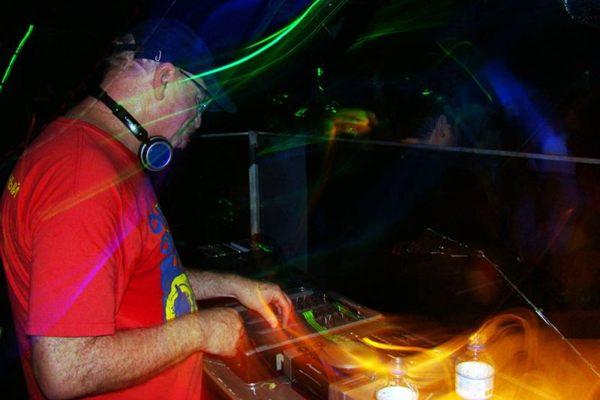 DJ Kid Vinil é uma das atrações da noite (Ragnar Paz/Divulgação)
