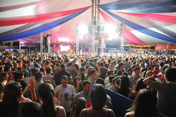 Público durante a festa Baile da Favorita, no Clube do Servidor, em 2013 (Luis Xavier de França/Esp. CB/D.A Press)