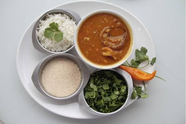 Caldo de mocotó e dobradinha, servidos com farinha, arroz e cheiro verde no Solano Sport Bar (Ana Rayssa/CB/D.A Press)