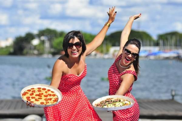 Luciana  e Manuela apostaram em entrega de pizza em lanchas e barcos (Breno Fortes/CB/D.A Press)