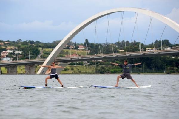 Fernanda e Rafael fazem exercício, trabalham a concentração e apreciam a paisagem ao mesmo tempo (Ed Alves/CB/D.A Press)