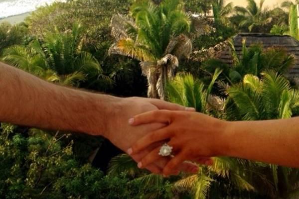 A cantora compartilhou com seguidores o noivado: 'Ele pediu e eu disse...' (Reprodução/Instagram@aguileraxtina)