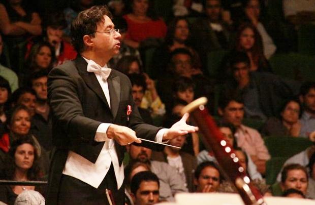 Maestro Claudio Cohen rege a Orquestra Sinfônica do Teatro Nacional Cláudio Santoro (Alan Moreira/Divulgação)