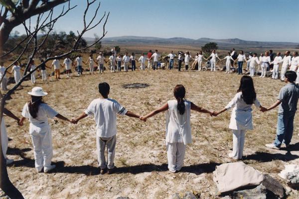 Meditação no morro da Baleia, na Chapada dos Veadeiros: retiros estimulam o contato com a natureza e o autoconhecimento (Carlos Vieira/CB/D.A Press)