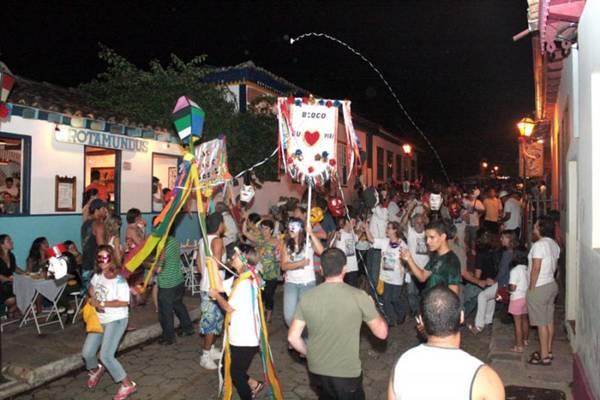 Além do desfile de blocos, visitantes podem conhecer o artesanato e a gastronomia da cidade ( Nivaldo Trindade/Divulgação)