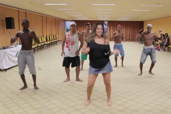 Cantora vai incorporar o famoso passinho nas coreografias  (Reprodução/Vídeo)