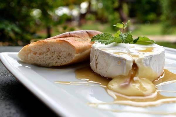 Gratinado, o camembert fica duro por fora e derretido por dentro. No Café Antiquário, é servido na baguete com mel (Monique Renne/CB/D.A Press)