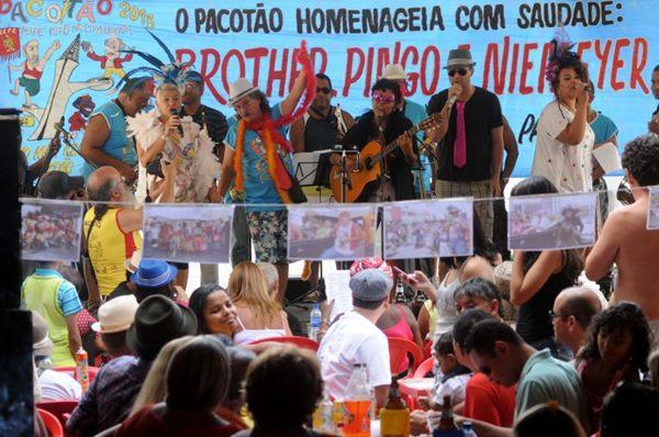 Populares durante concurso de marchinhas do bloco carnavalesco Pacotão na 408 Norte ( Carlos Moura/CB/D.A Press)