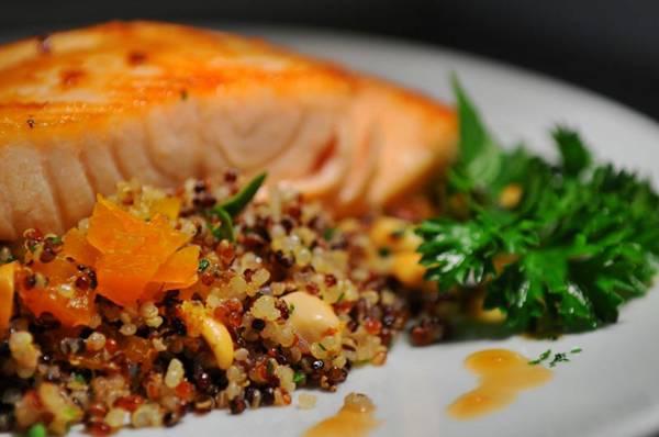 Combinação de quinoa, salmão e castanhas: boa fonte de vitaminas (Janine Moraes/CB/D.A Press)